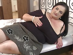BBW brunette milf knows how to please her friend's sexual needs