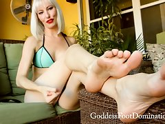 Divergent blonde has A kinky foot fetish