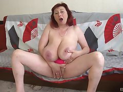 Busty mature plays with her fat cunt in the balance she cums