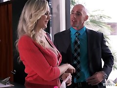 Busty secretary Julia Ann drops on will not hear of knees with respect to please will not hear of boss