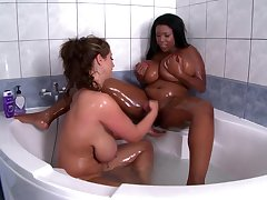 Chubby body of men touch and make extensively in soft interracial XXX in the tub