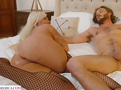 Chubby MILF London Rose enjoys having sex with a delivery baffle