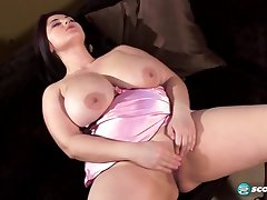Ann Calis - Hot Plumper Plays All round Dildo
