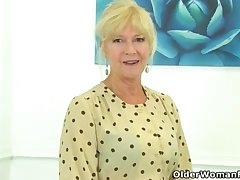UK cougar Sapphire Louise gives her fanny a supreme finger penetrate