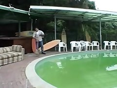 Vieille baisee au bord de la piscine