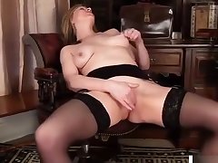 Grown up mom makes her pussy cum