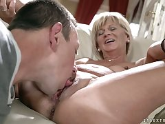 Rather flexible mature shrew Diane Sheperd wanna get her twat licked